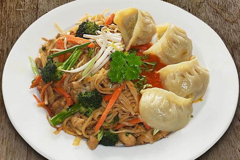 Vegetable Noodles & Momos Combo